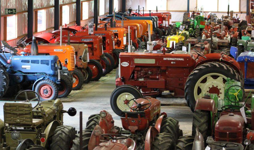 Matti Jaskarin tallista löytyy Suomen näyttävin ja varmasti myös kattavin traktorikokoelma. Edustettuna on yli 40 eri traktorimerkkiä ja lukematon määrä eri malleja.