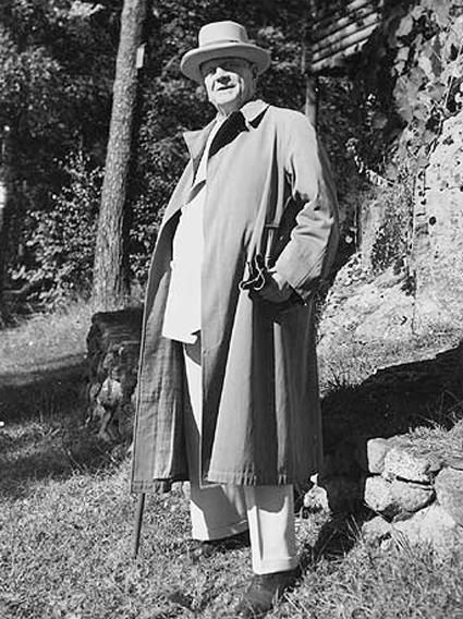 Jean Sibelius Ainolan pihamaalla 1930-luvulla.