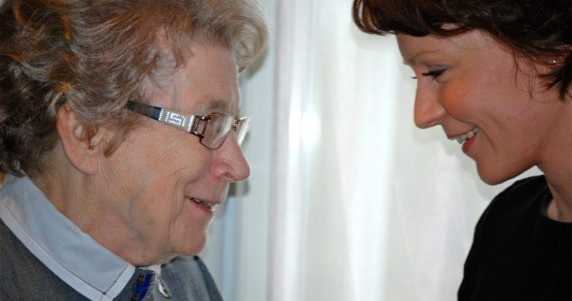 Lotta Aune Rahola ja tasavallan presidentin puoliso Jenni Haukio lottamuseon avajaisissa.