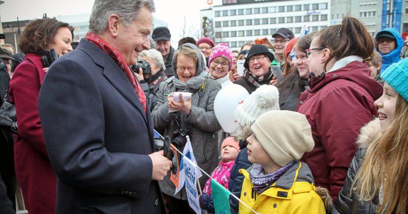Kuopion torilla oli leppoisa tunnelma, kun savolaiset saapuivat tapaamaan rentoa presidenttiparia.