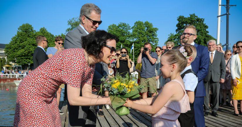 Merimaskun koulun oppilaat Lumi Mäki ja Jeremias Randell ojensivat kukkia rouva Haukiolle.