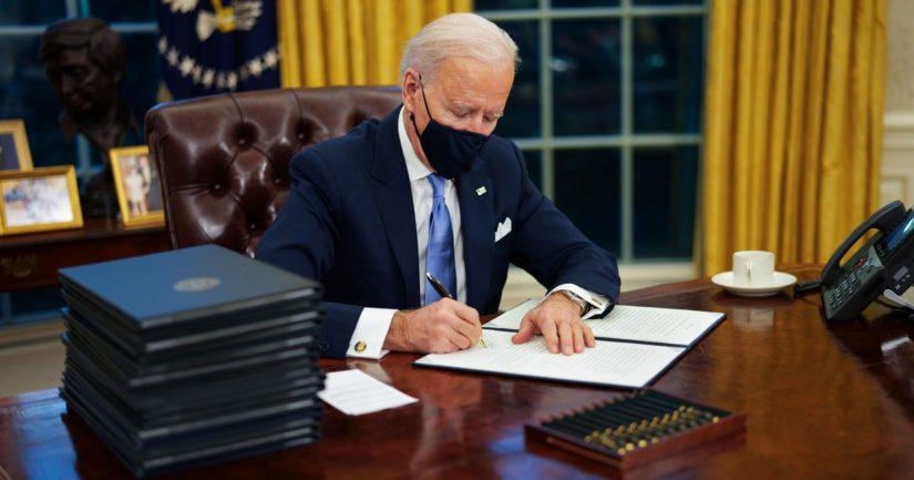 Joe Bidenin allekirjoittamat ensimmäiset 15 asetusta liittyvät muun muassa maahantulorajoituksiin ja koronapandemiaan.