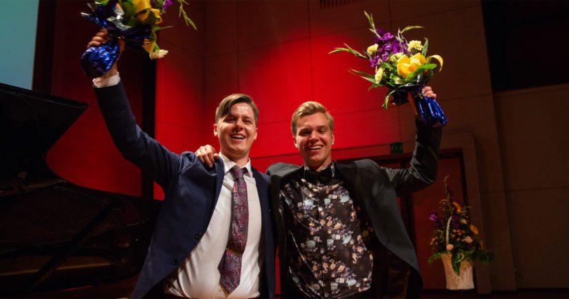 – Olen todella kiitollinen, tuntuu upealta, kertoo kuvassa vasemmalla oleva Johan Krogius voittotunnelmistaan. Vierellä Jere Hölttä.