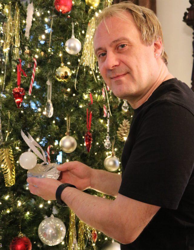 Joulumiehen kuusi ei ole ihan tavallisimmasta päästä, sillä vaikka puu on tekosellainen, niin sitä koristaa tuhat valolediä.
