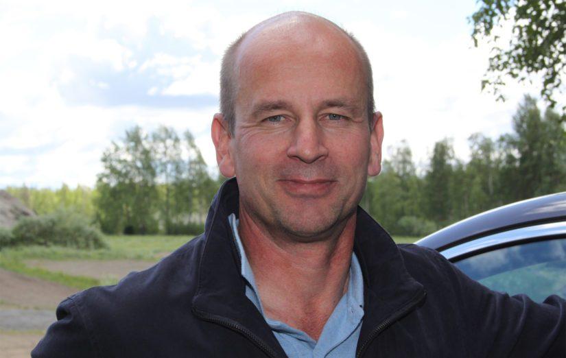 Ylivieskalainen Jouni Mattila on myynyt Nissania jo 21 vuoden ajan. Autotalo Antti-Roiko sekä automyyjä Jouni Mattila palkittiin vuonna 2018 Suomen parhaana Nissan jälleenmyyjänä.