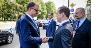"""Sipilä tapasi Medvedevin Pietarissa – """"Suomi suhtautuu kaasuputkeen ympäristökysymyksenä"""""""