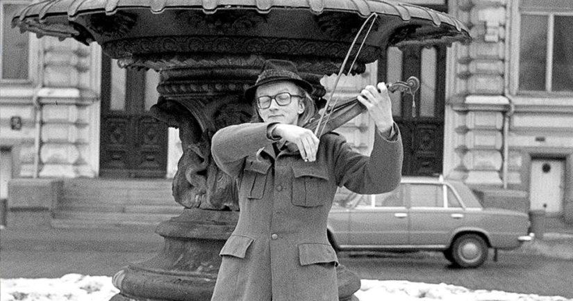 Manserockin kantava voima Juice Leskinen soittaa viulua Tampereen Keskustorin suihkulähteellä.