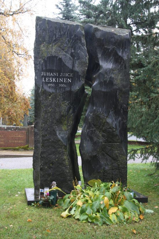 Tampereen Kalevankankaan hautausmaalta löytää Juhani Juice Leskisen mustan hautapaaden. (Kuva Kari Kallonen)