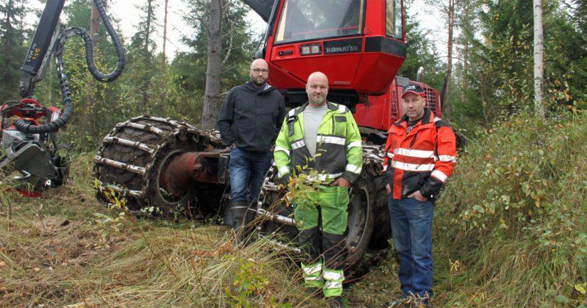 Metsien miehet, Heikki, Osmo ja Mauri Jukkola työskentelevät kahden moton ja yhden ajokoneen voimin. Toinen moto on varustettu giljotiinikouralla ja valjastettu energiapuuhakkuisiin.