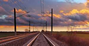 Mies kiipesi junan katolle ja sai sähköiskun – putosi maahan vaatteet tulessa