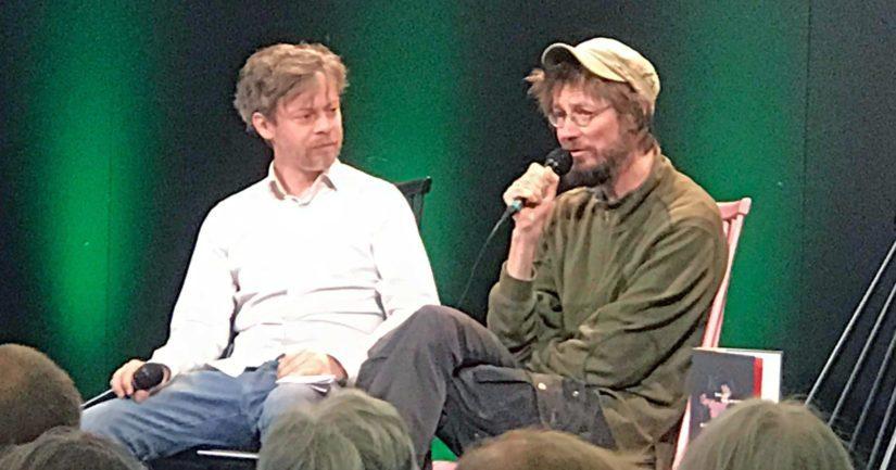 Teoksen kustannustoimittaja Jussi Tiihonen haastattelee kirjailija Juha Hurmetta.