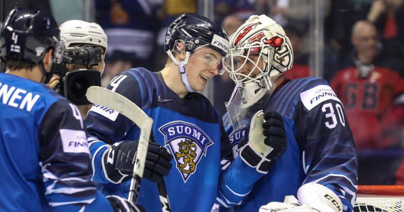 Ottelun leijonat Kaapo Kakko ja Kevin Lankinen onnittelevat toisiaan Kanadan kaatumisesta.