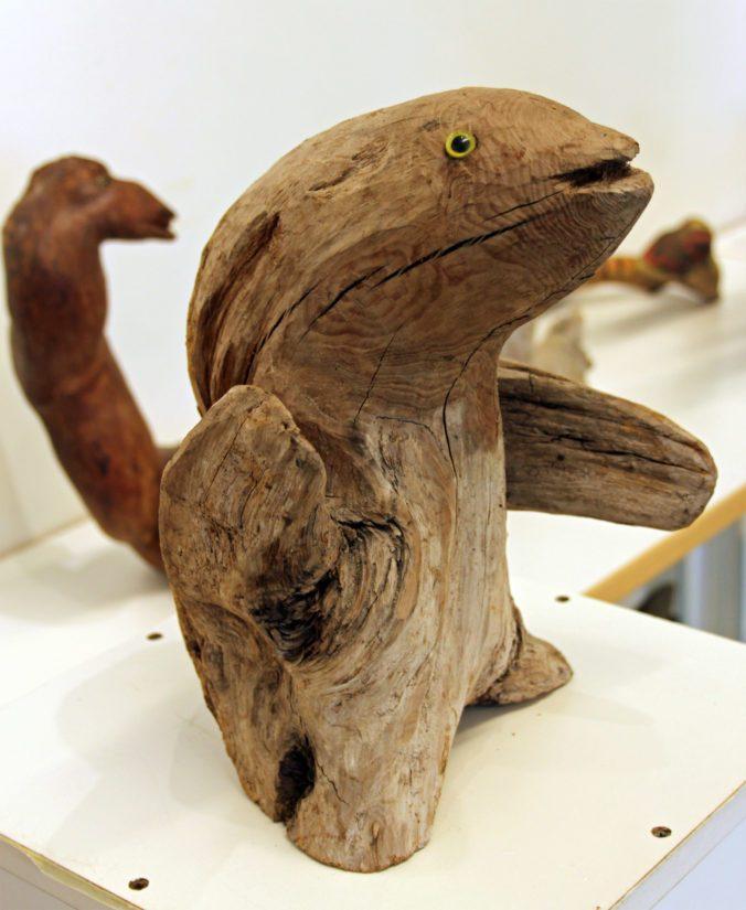 Juurakon uusi elämä muotoutuu taiteilijan käsissä vaikka hymyileväksi eläimeksi.