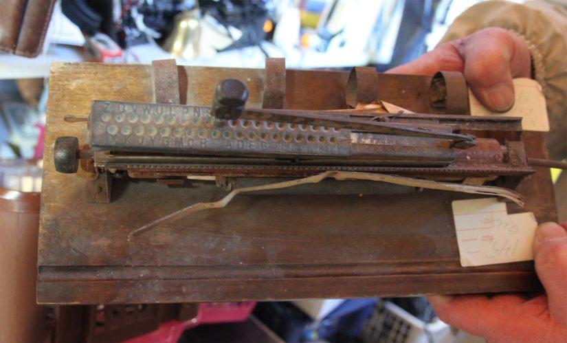Kaikkea on -kaupasta löytyy myös todellisia aarteita, kuten tämä vuosimallia 1910 oleva kirjoituskone.
