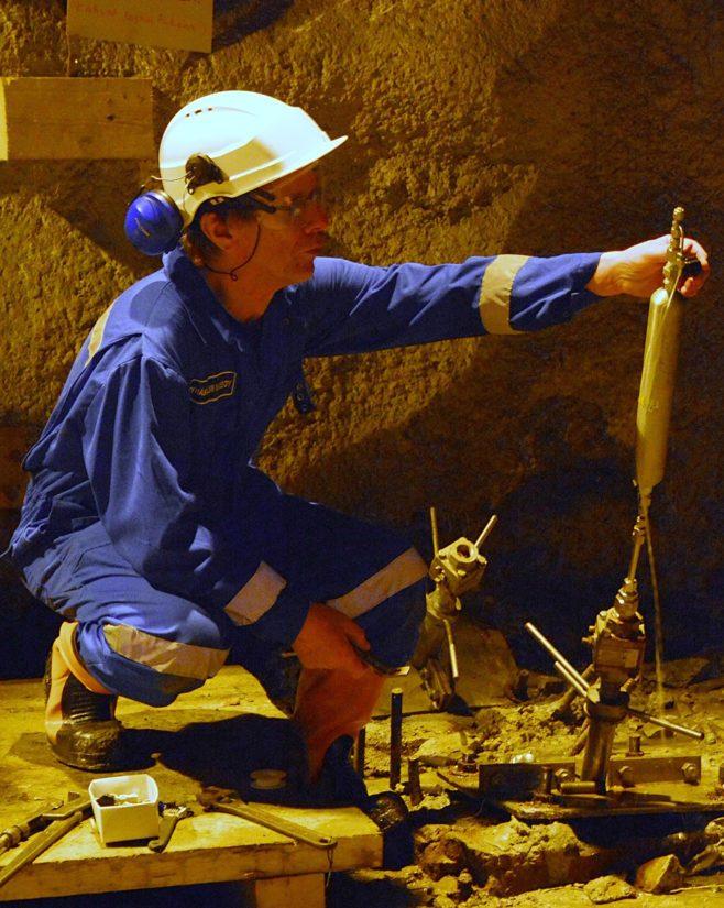 Näytteenottoa Pyhäsalmen kaivoksessa.