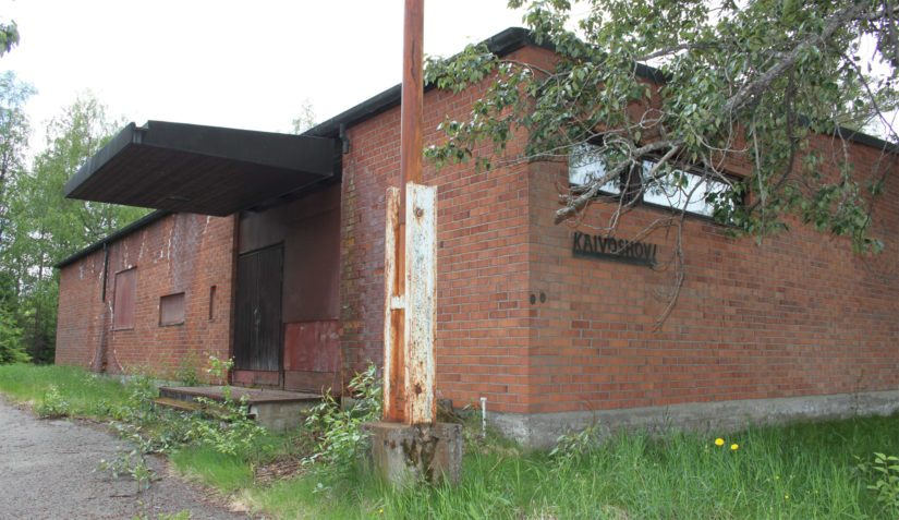 Kaivoshovi toimi aikoinaan mainarikylän monitoimitalona. Vuonna 1988 talo joutui sijoittajien käteen, jonka seurauksena ovet lukittiin ja talo jätettiin tyhjilleen.