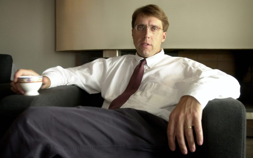 Varatoimitusjohtaja Kaj-Erik Relander vastasi huutokaupoista, joiden jälkeen hänet nimitettiin toimitusjohtajaksi.