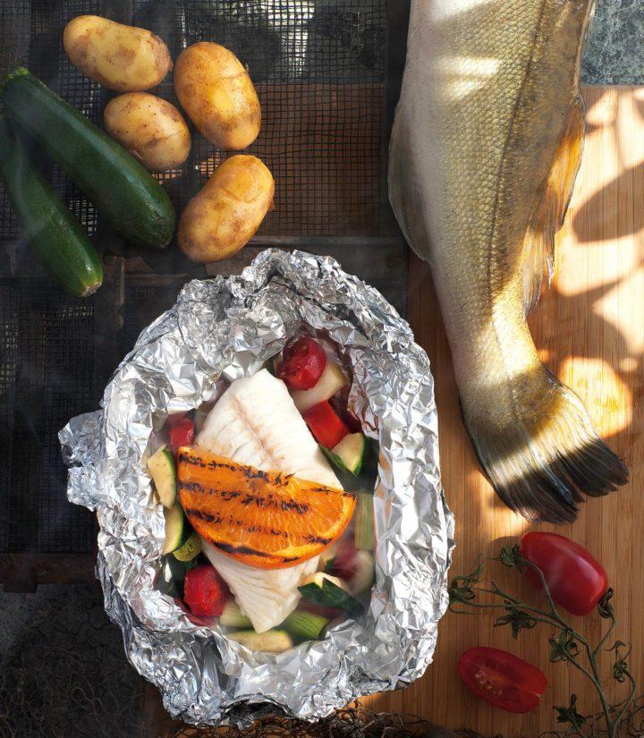 Kalaa ja kasviksia: maittava ja terveellinen ateria on valmis vartissa.