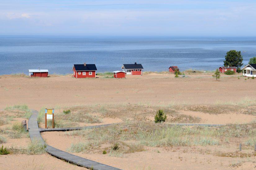 Suurin riski on pohjaveden sekä Perämereen laskevan Kalajoen saastuminen. Kalajoki taas tunnetaan parhaiten dyyneistään.