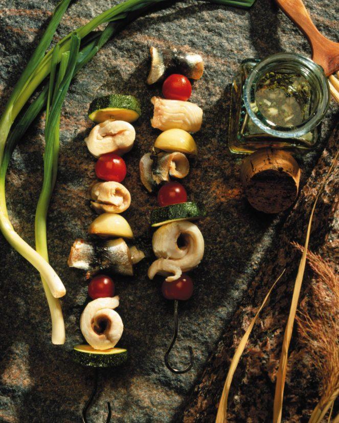Kokoa vartaat kalapaloista, kasviksista ja kokonaisista herkkusienistä.