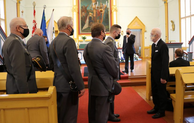Sankarivainaja siunattiin sotilaallisin kunnianosoituksin. Kuvassa oikealla poika, Kalevi Kannus.