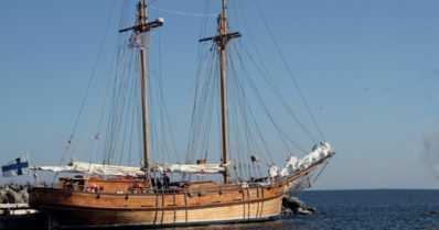 """Kaksimastoinen purjelaiva rakennettiin talkoovoimin – """"Perinnealus syntyi puusta, historiasta ja omin käsin"""""""
