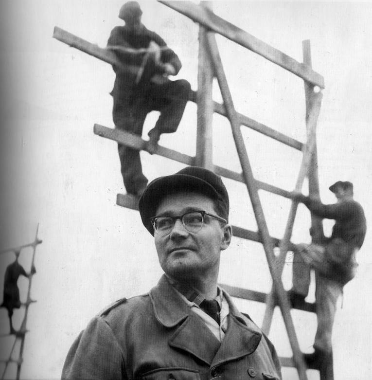 Kirjailija Kalle Päätalo marraskuussa 1958 Kangasalan kirkonkylän kansakoulun rakennustyömaalla.