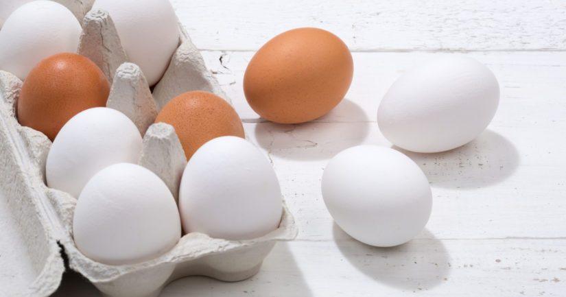 Raakoja kananmunia on heitetty asuntojen ikkunoihin ja myös ohiajaneisiin autoihin.