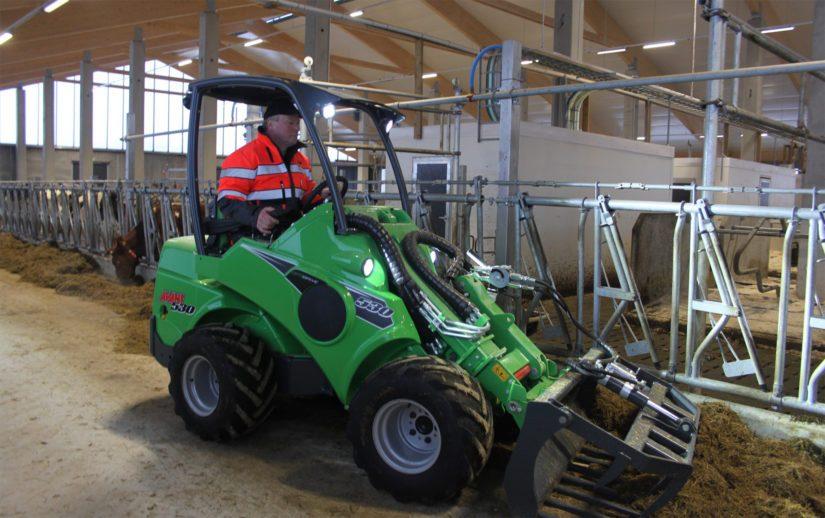 Tilan karjaa hoidetaan neljässä eri navetassa. Helpotusta työhön tuo uusi robottipihatto.