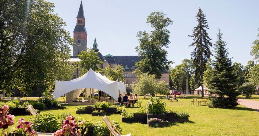 Kansallismuseon pihapuisto on avointa tilaa viettää aikaa. Kesäpihalla sijaitseva kesäkahvila palvelee läpi kesän.