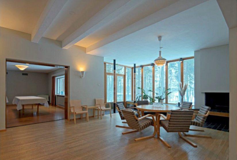 Asuintalo Kantolan aula, jonka ikkunoista on näkymä merelle.