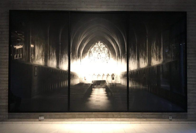 Uskonnollista arkkitehtuuria käsittelevästä piirustussarjasta on mukana valotutkielma Dark Chapel.