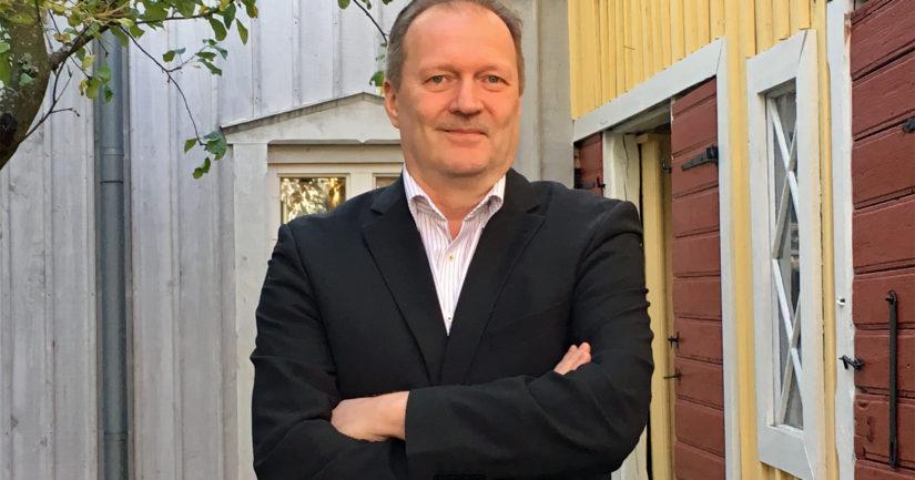 Päätoimittaja Kari Kallonen on syntynyt Tampereella, työskennellyt vuosia Helsingissä ja asuu nykyisin Vanhassa Raumassa.
