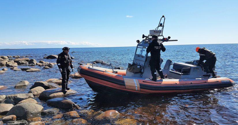 Eräsuunnittelija Kari Sarajärvi ja erätarkastaja Markus Aho istuttivat meriharjusta ulkomerelle Merivartioston avulla.
