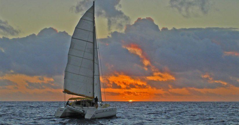 Katamaraanit ovat kaksirunkoisia aluksia, joita on käytetty Polynesiassa jo satoja vuosia sitten.