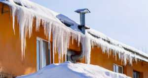 Katoilta putoava lumi ja jää jalankulkijoiden uhkana – kiinteistönomistaja vastaa turvallisuudesta