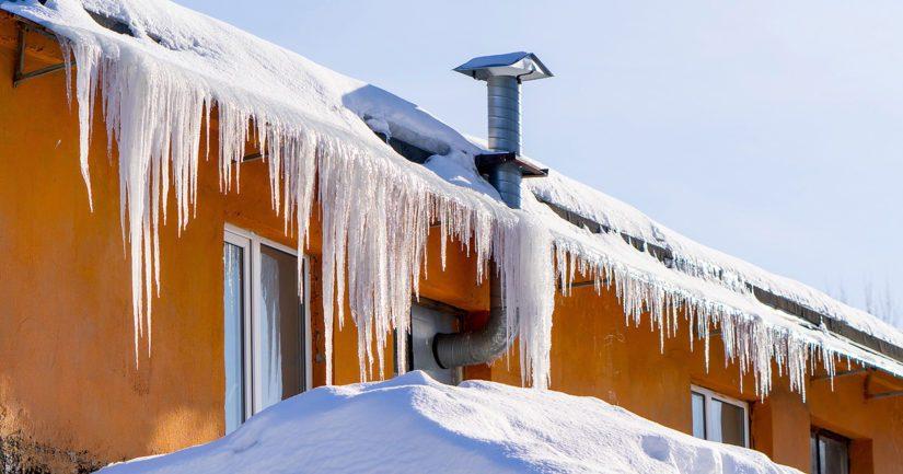 Katolla olevan lumikuorman lisäksi taloyhtiöiden on hyvä kiinnittää huomiota lumen määrään myös parvekkeilla ja terasseilla.