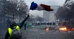 Polttoaineverojen korotukset jäädytettiin – mielenosoituksia yritetään rauhoittaa Ranskassa