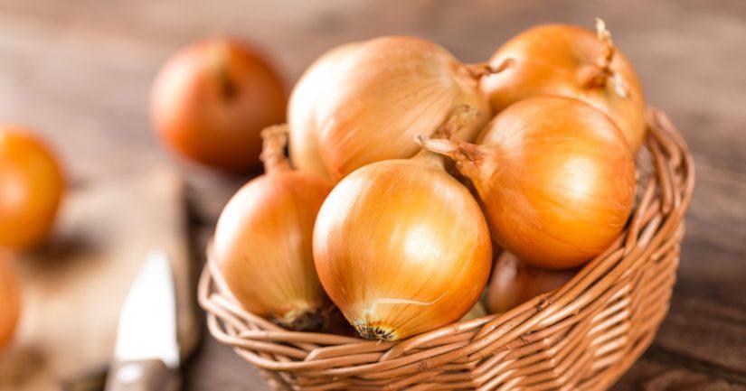 Kannattaa vilkaista kaupan sipulivalikoimia ja kokeilla tavallisen, keltaisen ruokasipulin rinnalla myös muita lajikkeita.