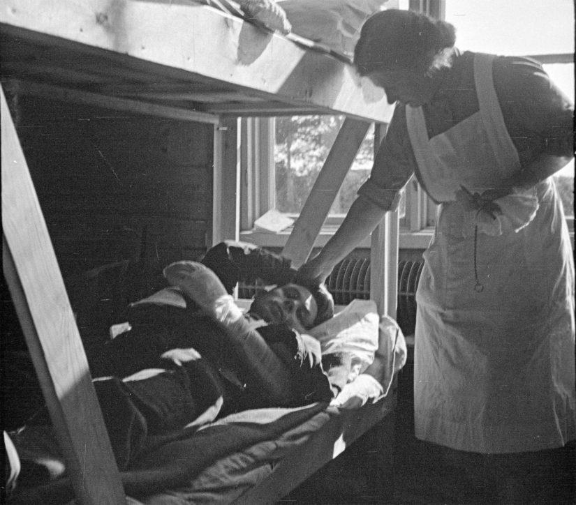 Lääkintälotat lohduttivat ja auttoivat parhaan kykynsä mukaan haavoittuneita.