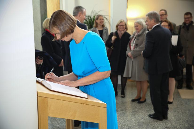 Suomi oli Kersti Kaljulaidin ensimmäinen ulkomaanmatka presidenttinä, nimi piirtyi Mäntyniemen vieraskirjaan. (Kuva Juhani Kandell/TPK)