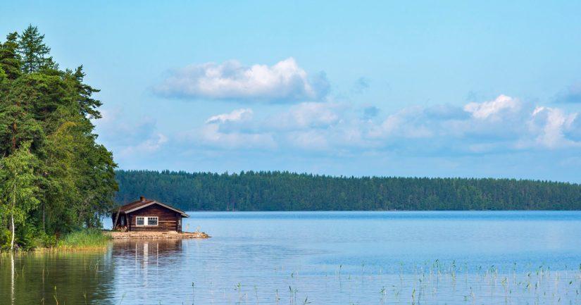 Kesämökki järven rannalla houkuttaa lomalaisia, mutta valitettavasti myös murtomiehiä.