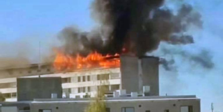 Pelastuslaitoksen yksiköiden saapuessa kohteeseen kerrostalon katto paloi liekillä.