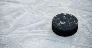 Pahoinpitely jääkiekkokaukalon pukukopissa – teosta epäiltyinä alaikäinen poika ja aikuinen mies