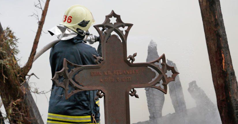 Pelastuslaitoksen yksiköt totesivat pian, että kirkko tulee tuhoutumaan palossa täysin.