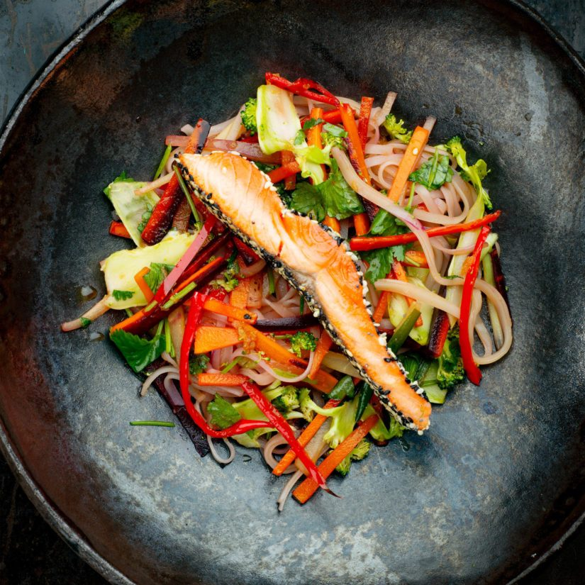 Kokoa wokki tarjolle yhdessä paistetun kalan kanssa, lisää lopuksi joukkoon kastike ja tuoreet yrtit.