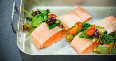 Kokkaa etätöissä kalalounas – näin syntyy nopea tomaatti-lohikastike sekä maistuvat silakkapihvit mikrossa