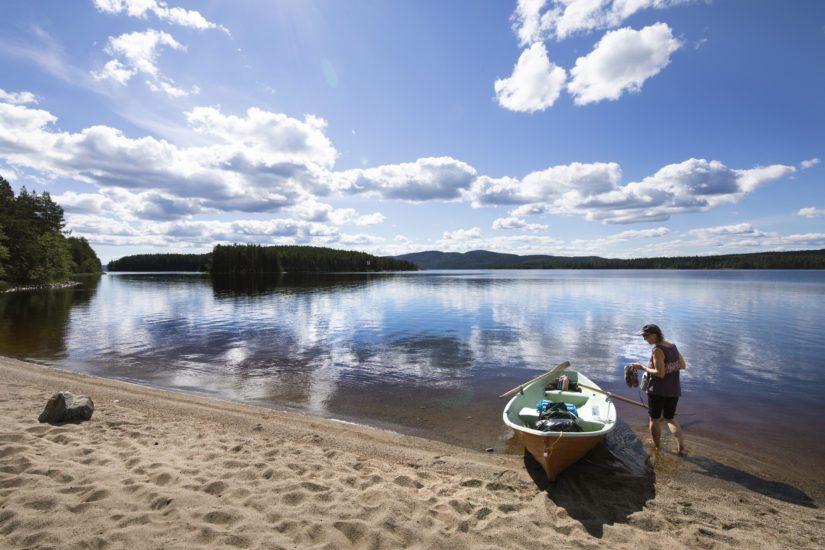 Kolin kansallispuistoon kuuluu myös saaria. Hiekkasaarella voi telttailla ympäri vuoden.