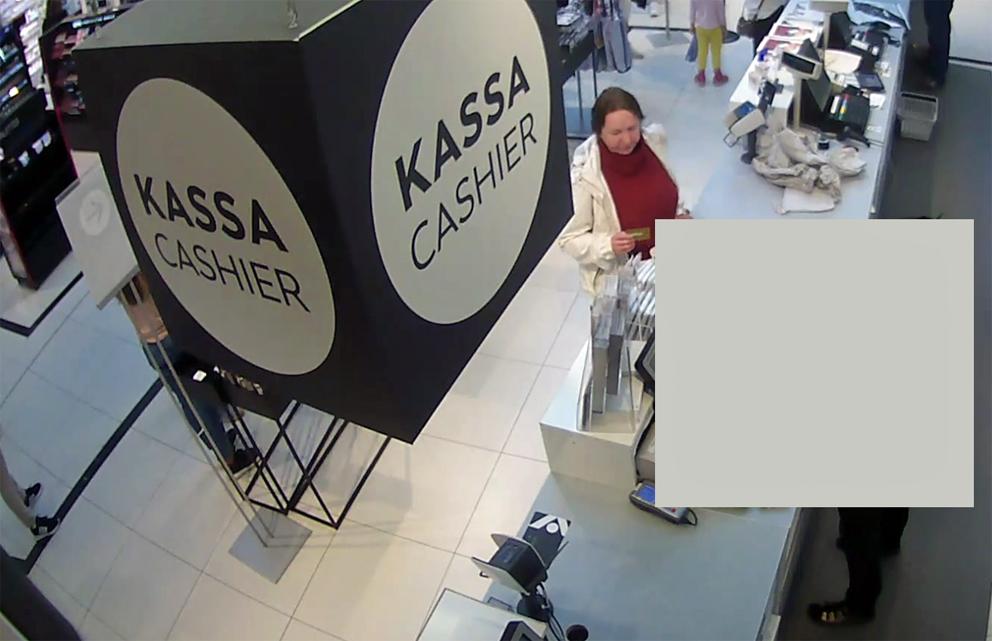 Tallenteella näkyy, kuinka nainen ostaa kortilla lahjakortteja ja vaatteita 16.9.2018.