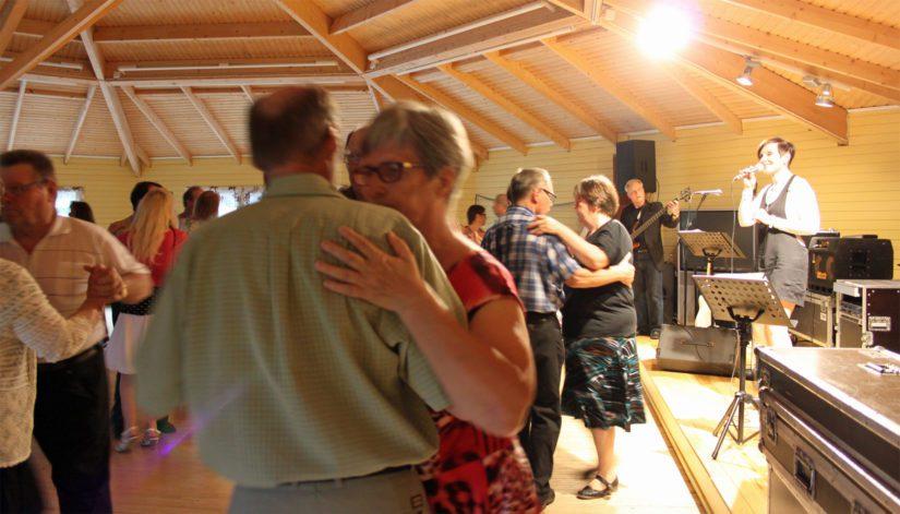 Tanssii tähtien kanssa -ohjelma on villinnyt suomalaiset ja se näkyy myös pienillä kesälavoilla.